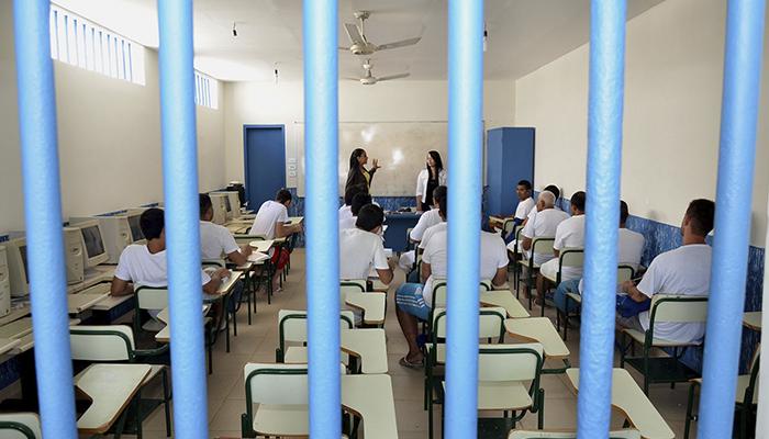 Professora que atua em presídio tem direito a mesmos benefícios que carcereiros