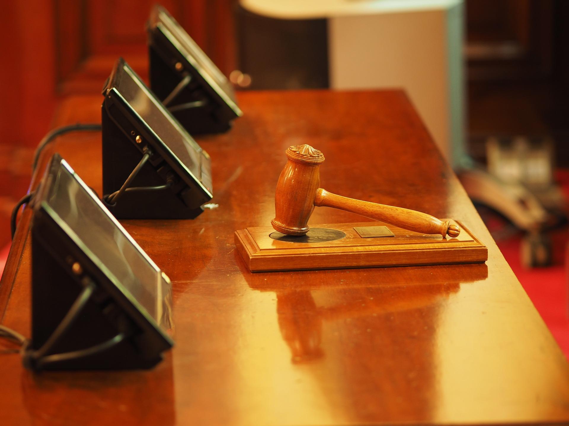 martelo de justiça em mesa de tribunal