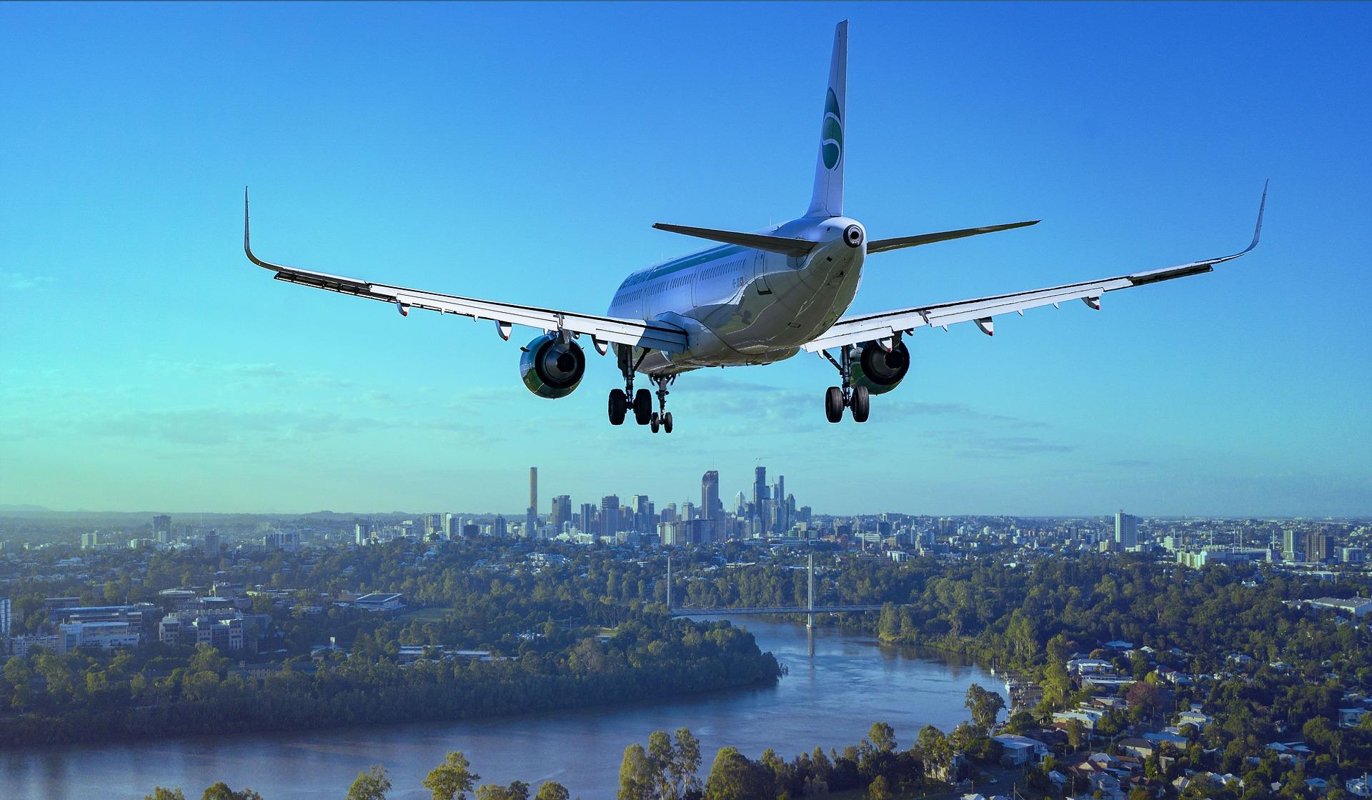 avião pousando em cidade