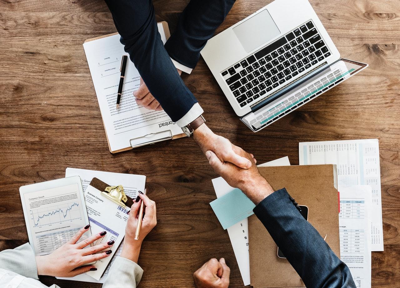 aperto de mãos em mesa de negócios