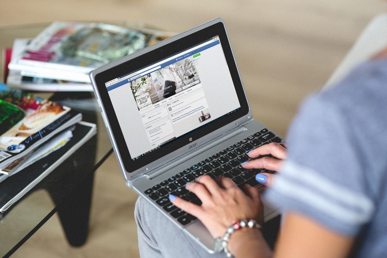 mulher pesquisando na internet