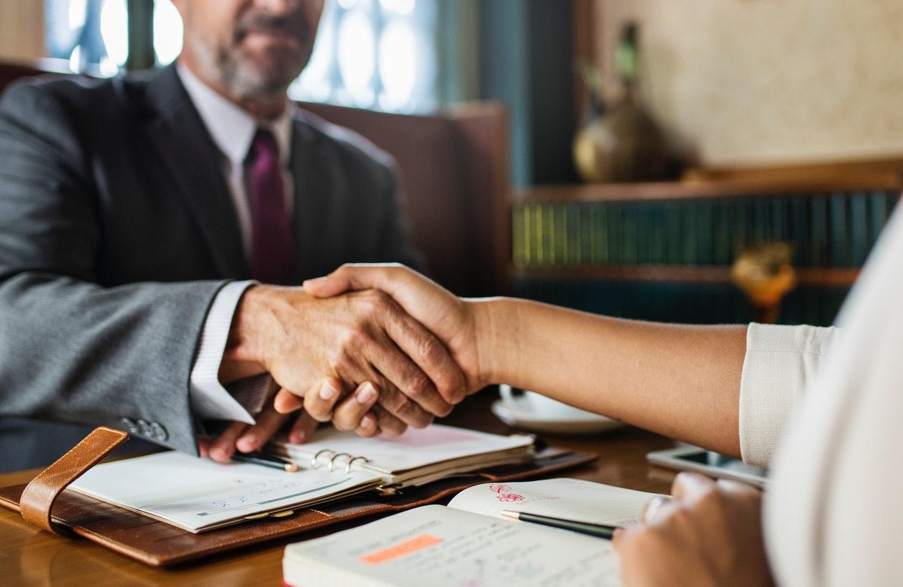 aperto de mãos entre advogado e cliente